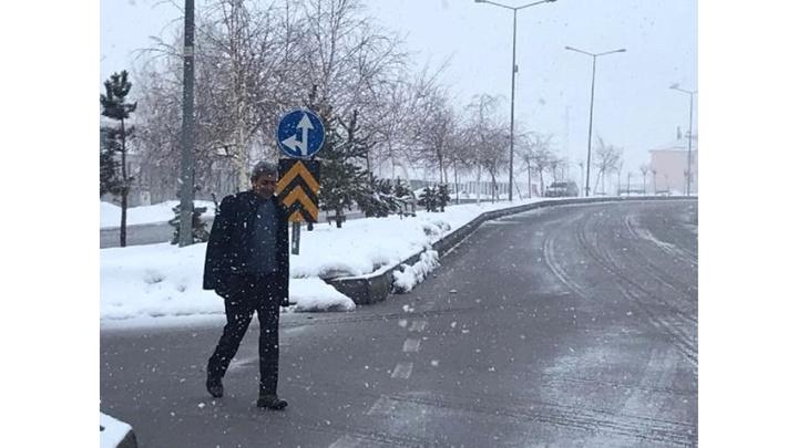 Karlıova'da seçmen, kar altında oy kullanmaya gitti