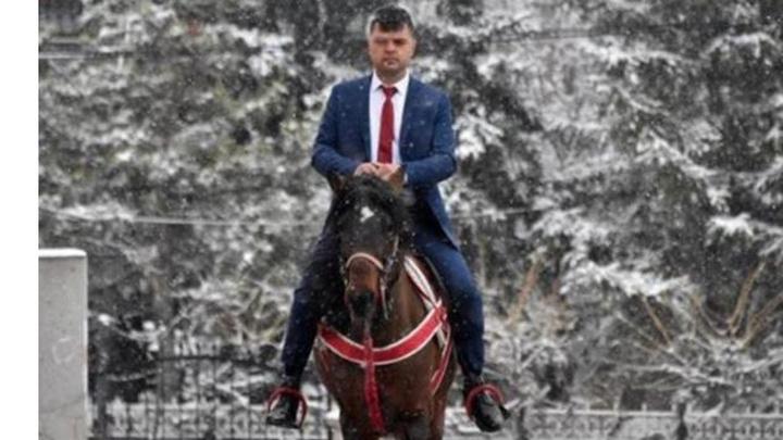 Konya'da mahallelinin'Atlı muhtar' lakabı taktığı muhtar adayı atı 'Cemşit' ile oy kullanmaya geldi