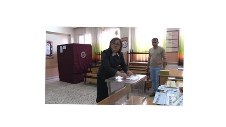 Gaziantep'te ilk oyu Cumhur İttifakı adayı Fatma Şahin kullandı