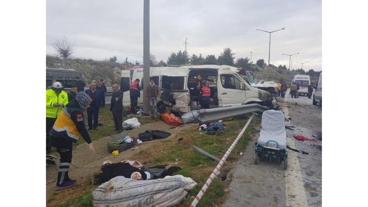 Tarsus'ta tarım işçilerini taşıyan minibüs devrildi: 1 ölü, 11 yaralı