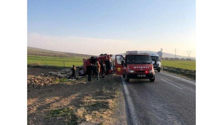 Konya'da patates yüklü tır devrildi, sürücü yaralandı