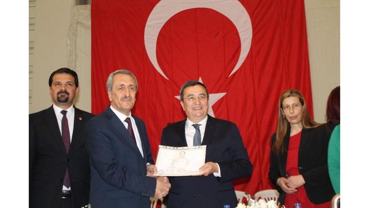 Mazbatasını alan Konak Belediye Başkanı Abdül Batur, Ekrem İmamoğlu'na selam gönderdi