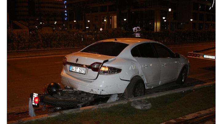 İzmir'de motosiklet sürücüsü park halindeki otomobile çarparak ağır yaralandı