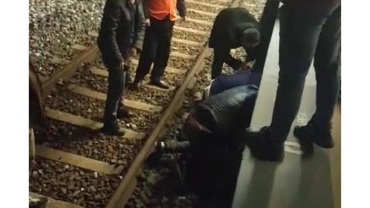 İzmir'de dengesini kaybeden kişi tren raylarına düştü