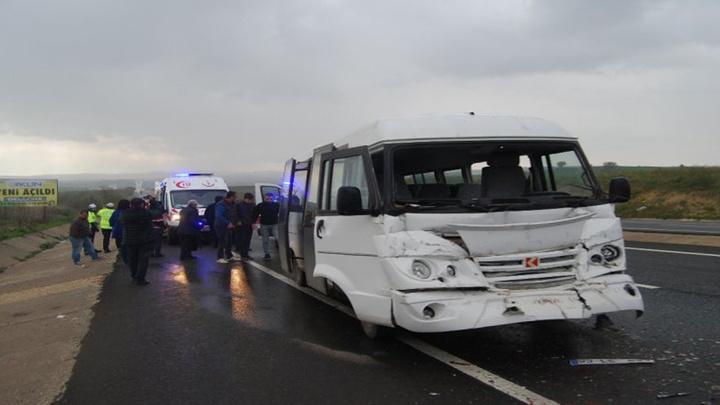 Tekirdağ'da öğrenci servisinin kamyona çarpması sonucu 14'ü öğrenci olmak üzere 15 kişi yaralandı