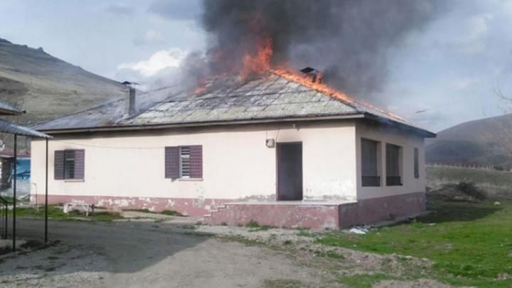 Elbistan'da eşiyle tartışan kişi annesinin evini ateşe verdi