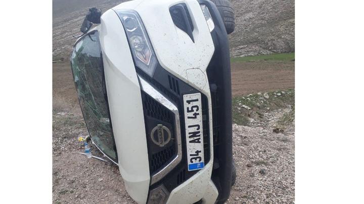 sivas'ta tekeri patlayan araç takla attı, 2'si ağır olmak üzere 5 kişi yaralandı