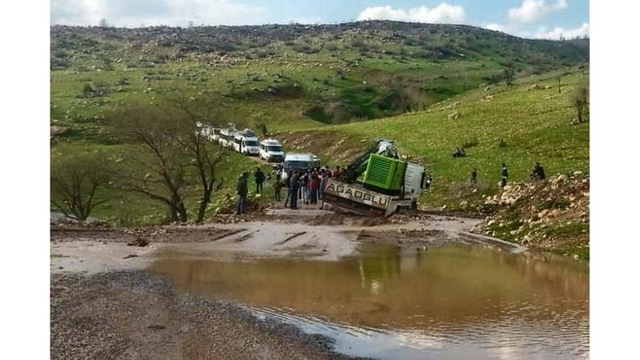 Eruh'ta yolda biriken suda bir araç mahsur kaldı