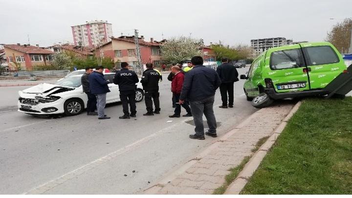 Kayseri'de iki otomobilin çarpıştığı kazada 3 kişi yaralandı