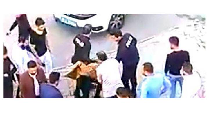 Gaziantep'te kız çocuğunu taciz ettiği iddia edilen şüpheli vatandaşlar tarafından dövülerek polise teslim edildi