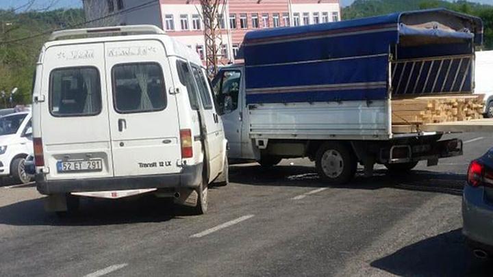 Ordu'da kamyonet ile minibüsün çarpıştığı kazada 8 kişi yaralandı