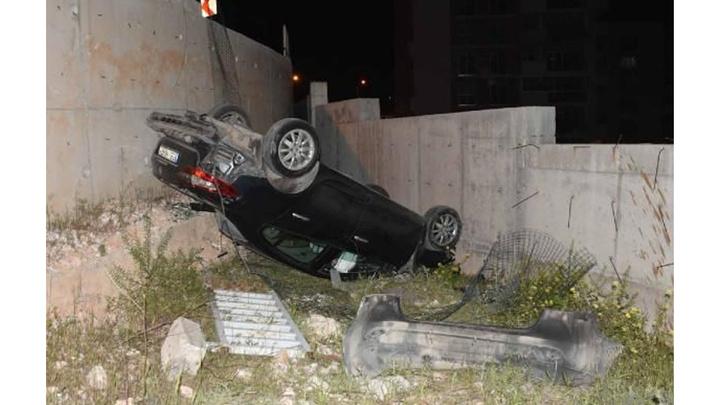 İzmir'de kontrolden çıkan otomobil 3 metre yükseklikten düştü; 4 kişi yaralandı