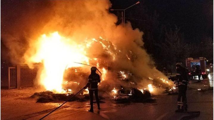 Samsun'da saman yüklü kamyonda yangın çıktı