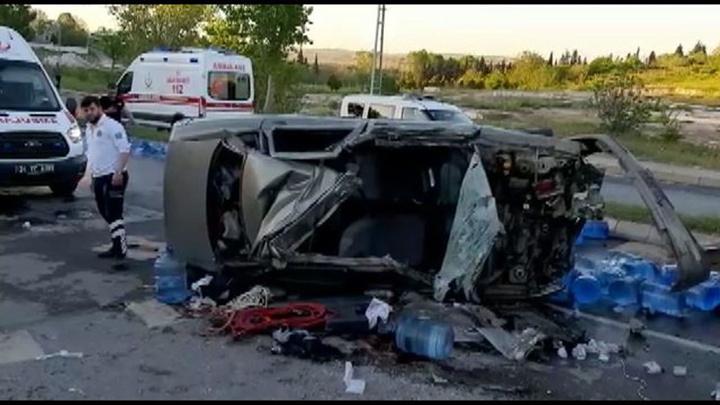 Çatalca'da freni patlayan kamyon otomobili altına aldı: 1'i ağır 4 yaralı