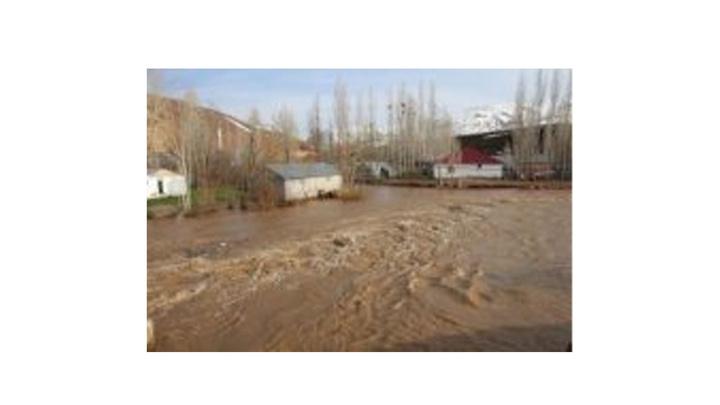 Karlıova'da karın erimesiyle sel meydana geldi