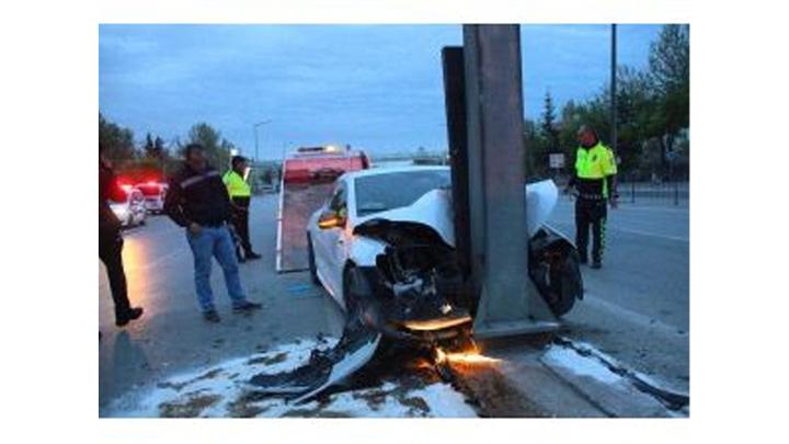 Konya'da yön levhasına çarpan otomobilin sürücüsü öldü