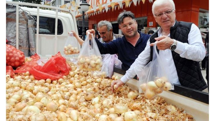 Mersin'de kilosu 2 TL'den satılan 5 ton kuru soğan 1 saat içinde tükendi
