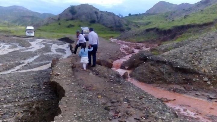Oltu'da sel suları yolları tahrip etti, araçlar yolda mahsur kaldı