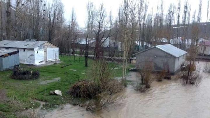 Karlıova'da yağmur ve kar suları dereyi taşırdı, 6 ahır ve 5 ev su altında kaldı