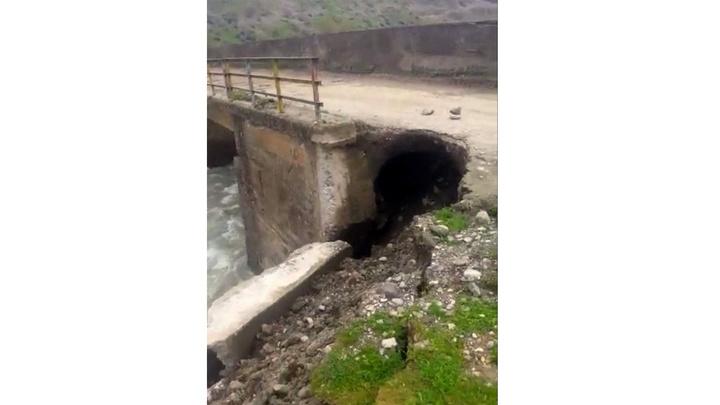 Siirt'te etkili olan yağışlar nedeniyle hasar gören köprü ulaşıma kapandı