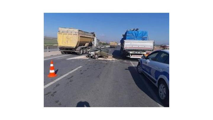 Afyonkarahisar'da otomobil tıra çarptı: 2 kişi ağır yaralandı