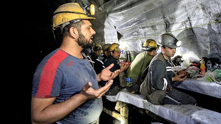 Soma'da maden işçileri yerin 350 metre altında ilk iftarlarını yaptı