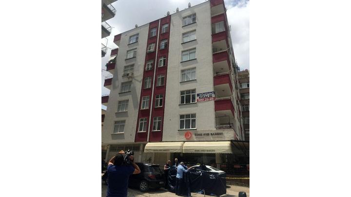 Adana'da bir genç, ablasının 12 yıl önce intihar ettiği balkondan atlayarak hayatını kaybetti