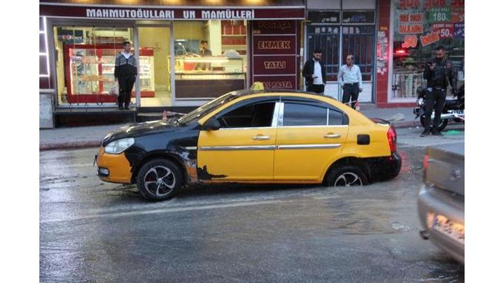 Malatya'da yol çöktü, taksi çukura düştü
