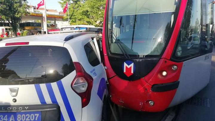 Fatih'te bir polis aracı ile tramvay çarpıştı, tramvay seferleri bir süre aksadı