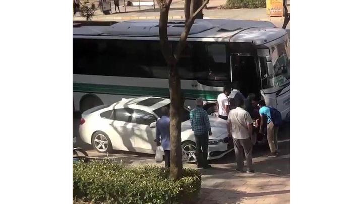 Çukurova'da yaşlı adam otobüsten zorla indirildi, yere düşen yaşlı adama çevredekiler yardım etti