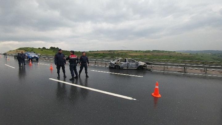 Arnavutköy'de yakılan otomobildeki kadın cesedinin kimliği otopsi sonucu öğrenilecek
