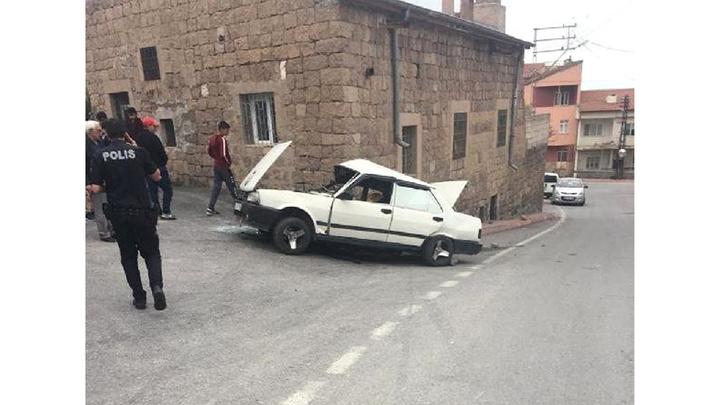 Kayseri'de sürücüsünün kontrolünden çıkan otomobil, evin önünde oturan kadına çarptı