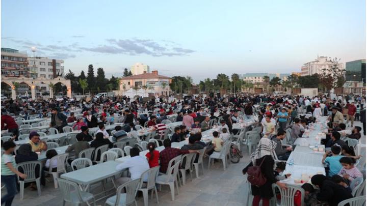 Şanlıurfa Belediyesi'nin 'Tencereni ve Seccadeni Al Gel' etkinliğiyle binlerce vatandaş bir araya geldi