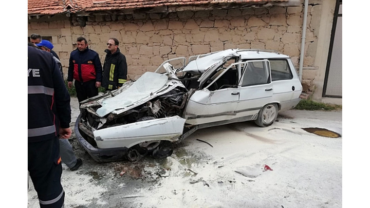 Kütahya'da otomobilin tıra çarptığı kazada 1 kişi yaralandı