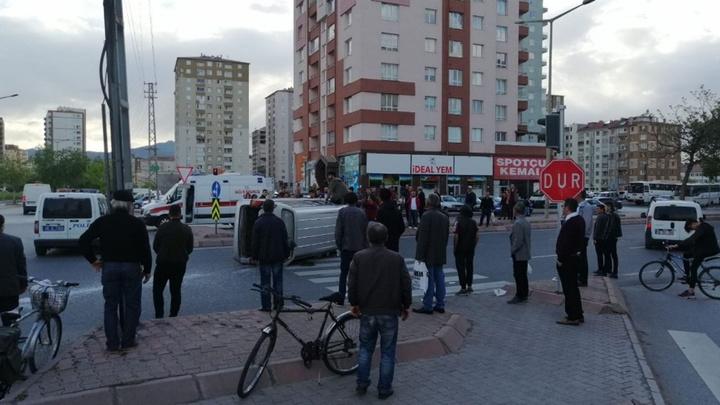 Kayseri'de yan yatan kamyonetteki yaralıları çevredekiler kurtardı