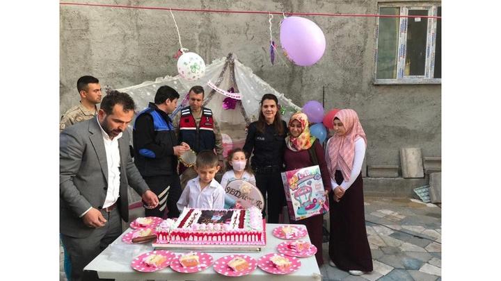 Amasya'da yaşayan lösemi hastası Sedanur'a polis ve askerlerden sürpriz doğum günü