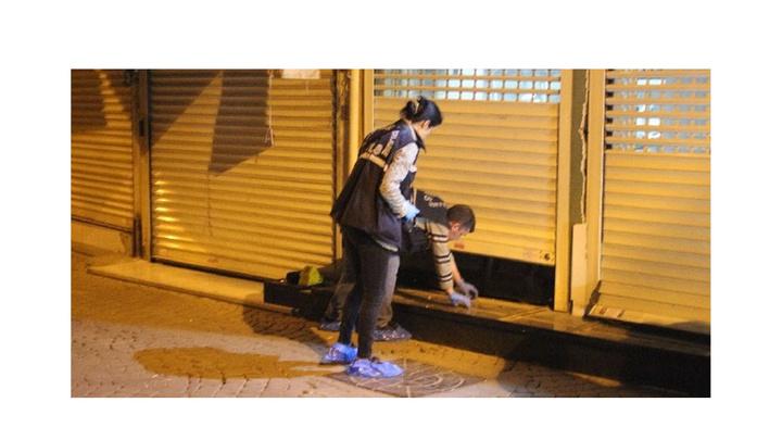 İzmir'de 4 şüpheli kuyumcu dükkanının kepenklerini kırarak içeri girdi