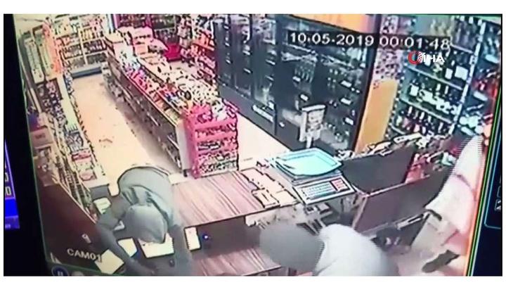 İzmir'de silahlı 3 kişinin soygun yapma anı kameraya yansıdı