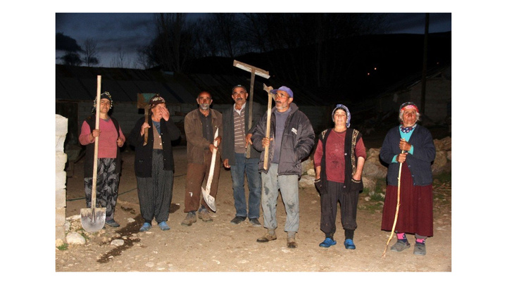 Erzincan'da aç kalan acılar sekiz eve saldırınca köylülerin kazma ve küreklerle ayı nöbeti tutmaya başladı
