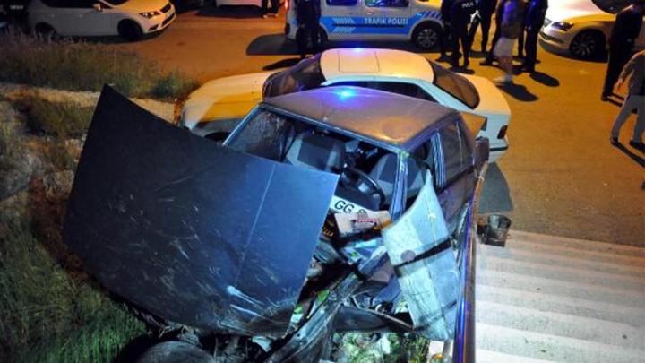 Başkentte freni boşalan otomobil merdivenlerden uçarak park halindeki otomobile çarptı