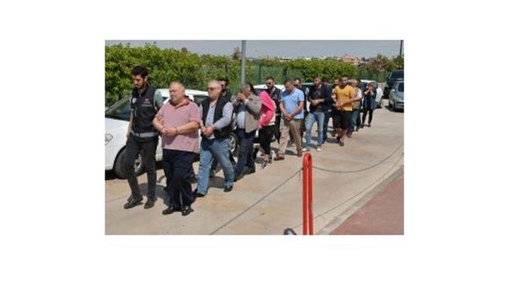 Adana'da tehdit ve şantajla 350 ev ve iş yerini üzerlerine geçiren 10 kişilik aile çetesi yakalandı