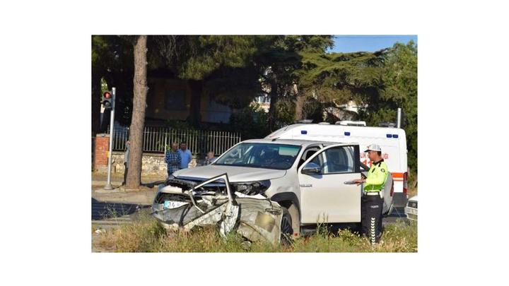 Aliağa'da otomobil ile kamyonet çarpıştı: 2 yaralı