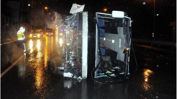 Kayseri'de işçileri taşıyan midibüs kaygan zeminde devrildi: 19 yaralı