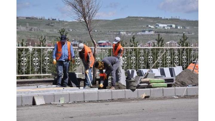 Kars Milletvekili Ahmet Arslan'ın girişimi ile üniversite yolunun kaldırımları yapılıyor