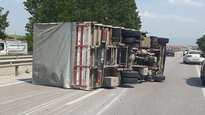 Bursa'da kamyonetin lastikleri patladı, kamyonet devrildi