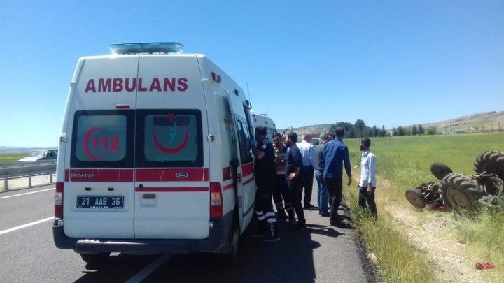 Diyarbakır'da otomobilin traktöre çarptığı kazada 3 kişi yaralandı