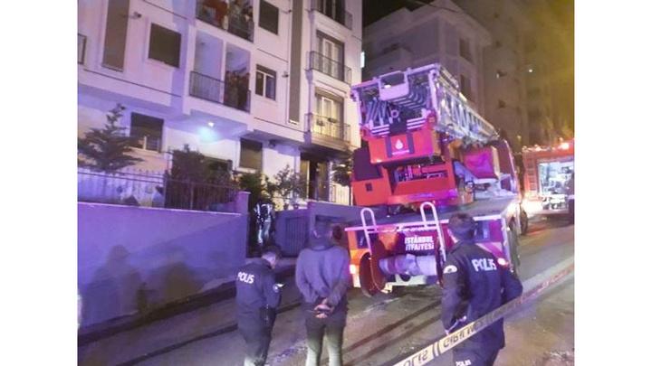 Kartal'da 6 katlı binada çıkan  yangında  1'i bebek 4'ü çocuk 15 kişi kurtarıldı