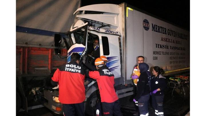 Bolu TEM Otoyolunda 2 kamyonun çarpıştığı kazada 1 kişi yaralandı