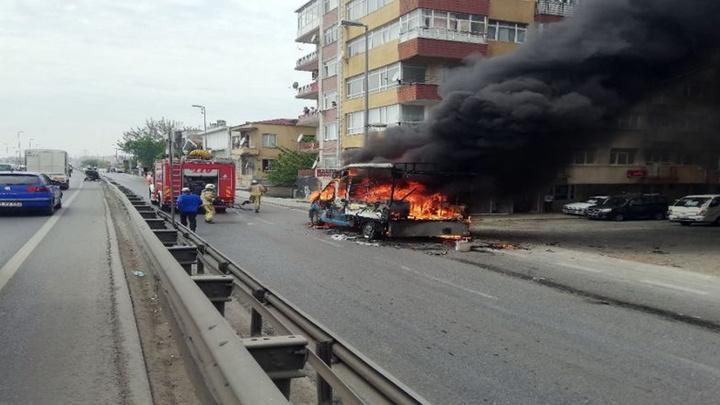 E-5 karayolu Küçükçekmece'de kamyonette çıkan yangın nedeniyle trafik durma noktasına geldi