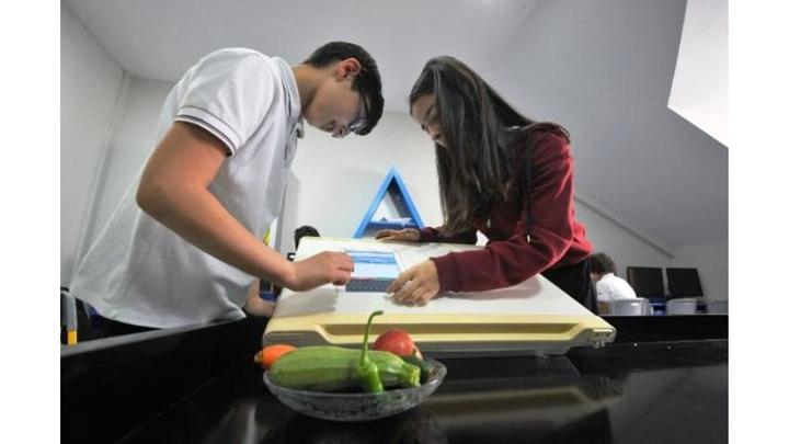 Bursa'da ortaokul öğrencilerinden, son kullanma tarihini hatırlatan buzdolabı sistemi